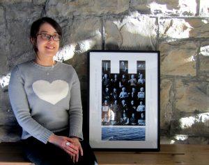 Isabelle et son oeuvre - crédit photo: Musée de société des Deux-Rives (MUSO)